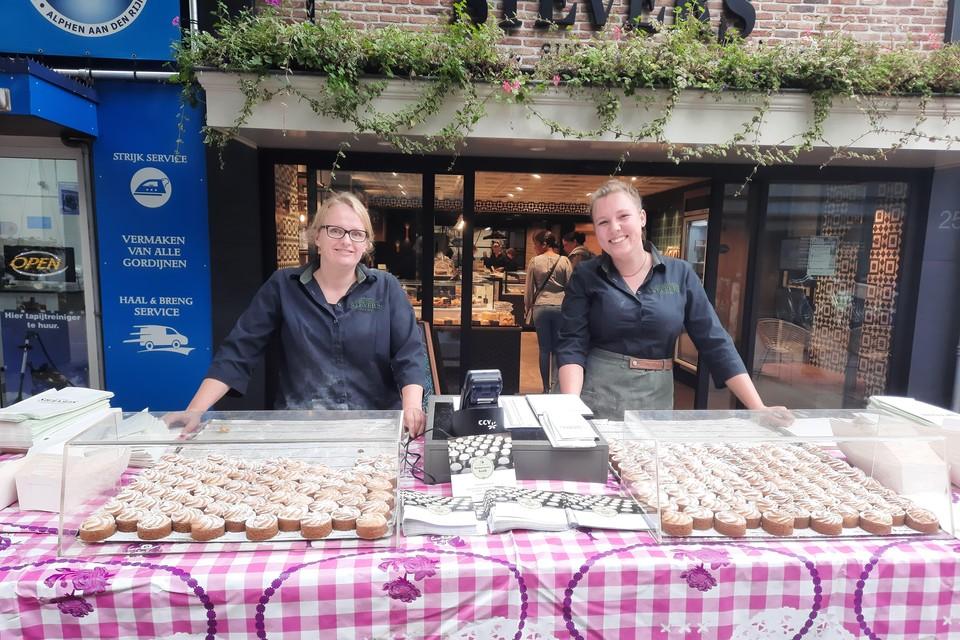 Maaike (links) en Romy (rechts) van banketbakkerij Stevers verkopen de Marketentsters.