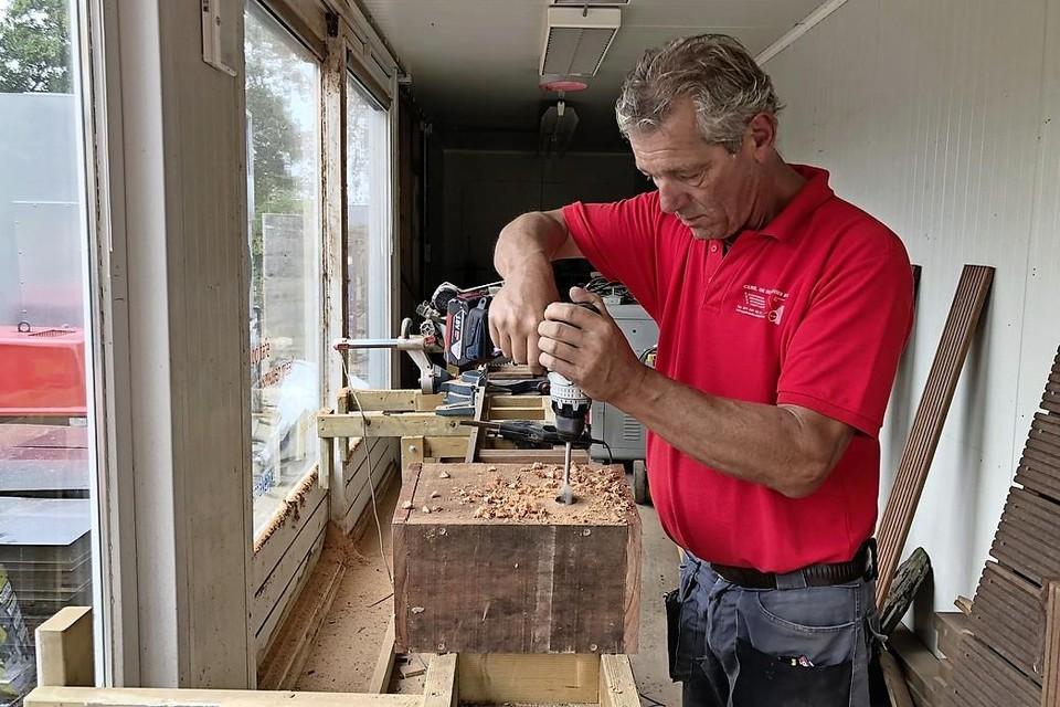 Jan van Oosten maakte een stuk of wat 'nestkasten' voor de rivierdonderpadden.