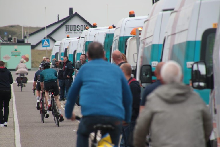 Medewerkers Liander brengen laatste groet aan overleden collega op de Boulevard van Katwijk