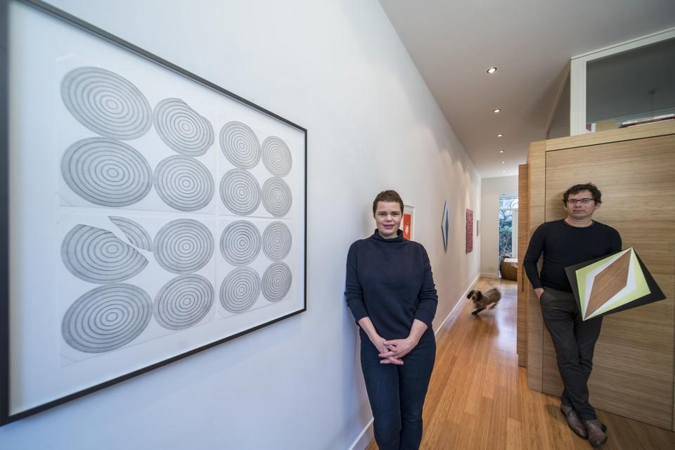 Iemke van Dijk en Guido Winkler in hun huis, dat twee keer per jaar ook dienst doet als galerie.