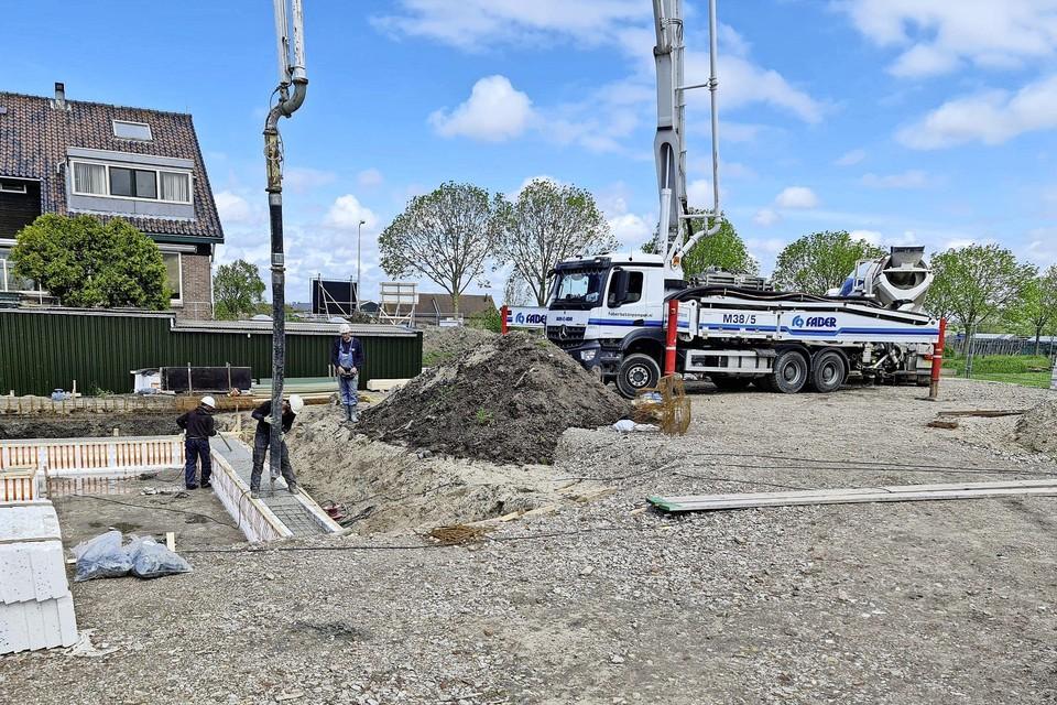 Aan De Kolk in Oude Ade wordt hard gebouwd aan vijf sociale huurwoningen en vijftien appartementen.