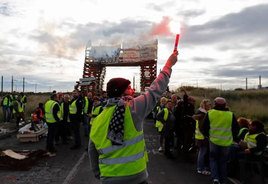 Nederlandse trucker steekt auto activist aan