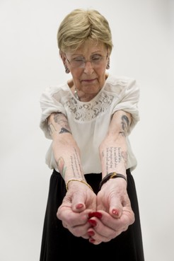 Francien begint na haar tachtigste met piercings en tatoeages