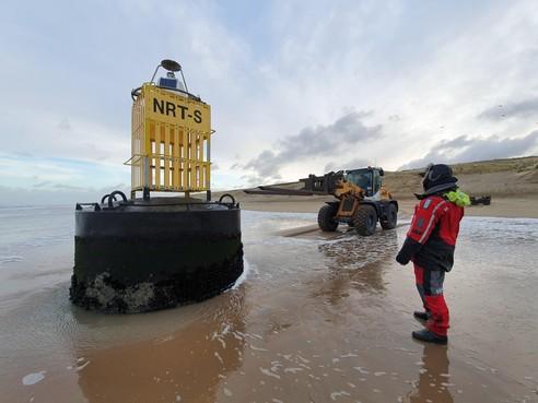 Op drift geraakte Belgische boei spoelt aan in Katwijk: 'Dit is het wereldrecord strandjutten'