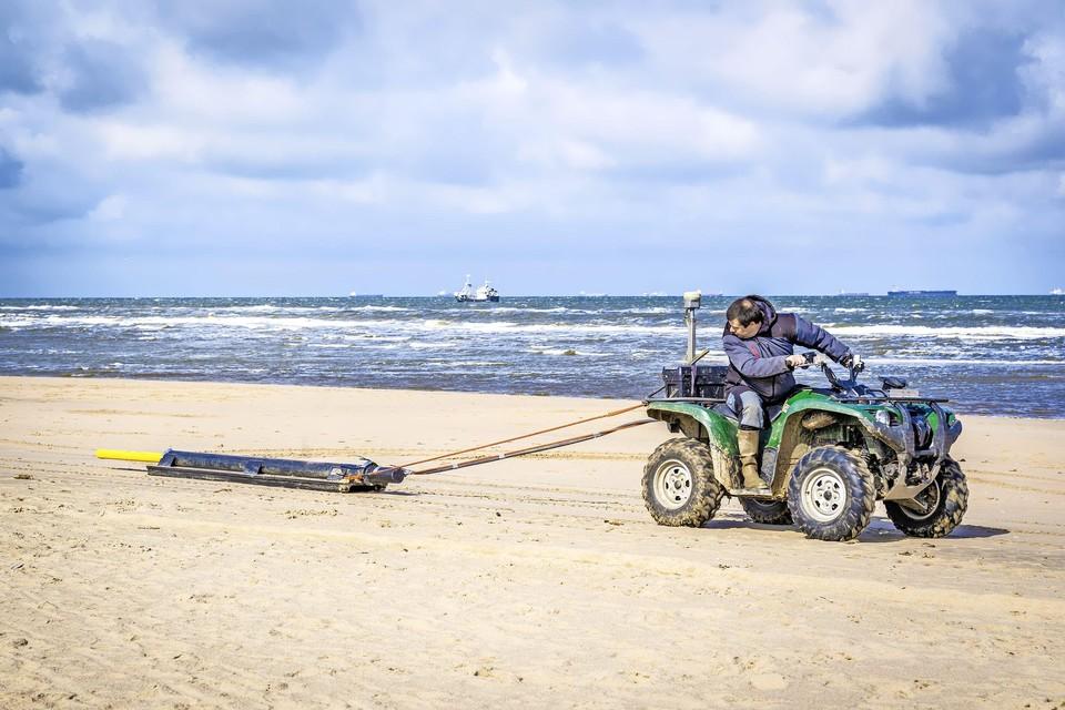Valentijn van Parys van de Universiteit van Gent rijdt dinsdagochtend heen en weer over het Katwijkse strand om de bodem te onderzoeken.