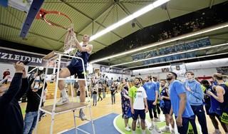 Worthy de Jong knipt netje van basket na landstitel ZZ Leiden: 'Alles viel op het juist moment op z'n plek' [video]