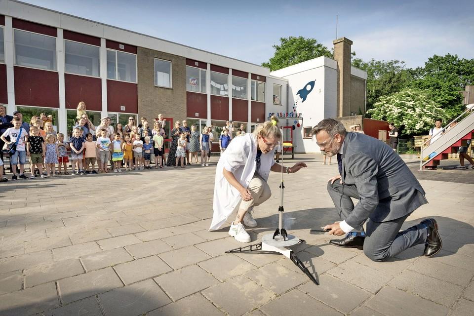 Met het lanceren van een echte raket verklaart wethouder Paul Dirkse basisschool De Astronaut in Leiden officieel voor geopend.