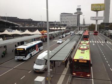 Nieuw busstation Schiphol met trappen naar treinen