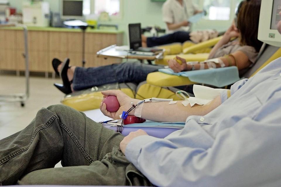 Onderzocht wordt of donorplasma van ex-coronapatiënten kan voorkomen dat ouderen met corona ernstig ziek worden.