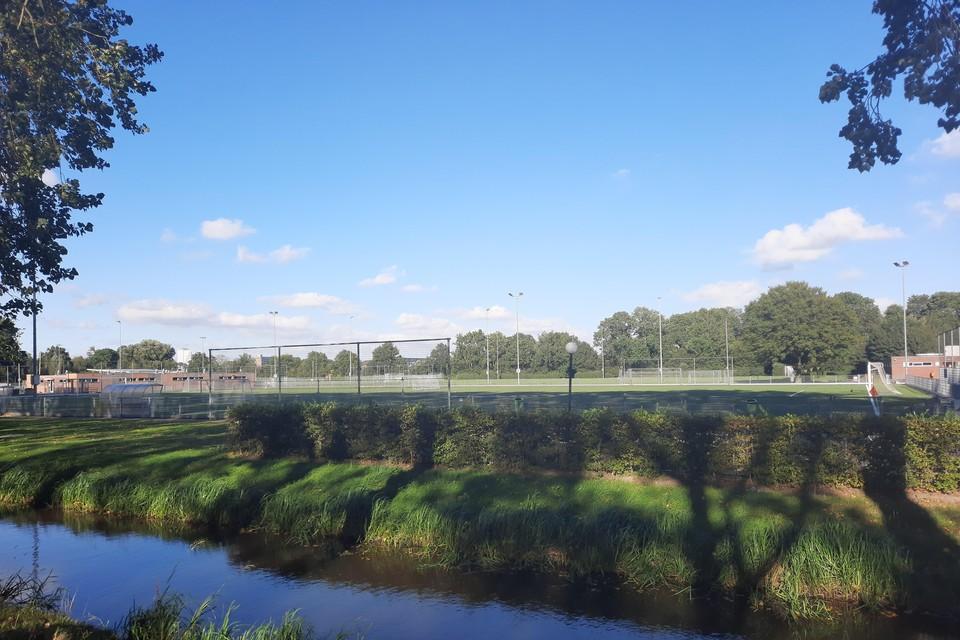 Het complex van AVV Alphen vanaf de Sportlaan.