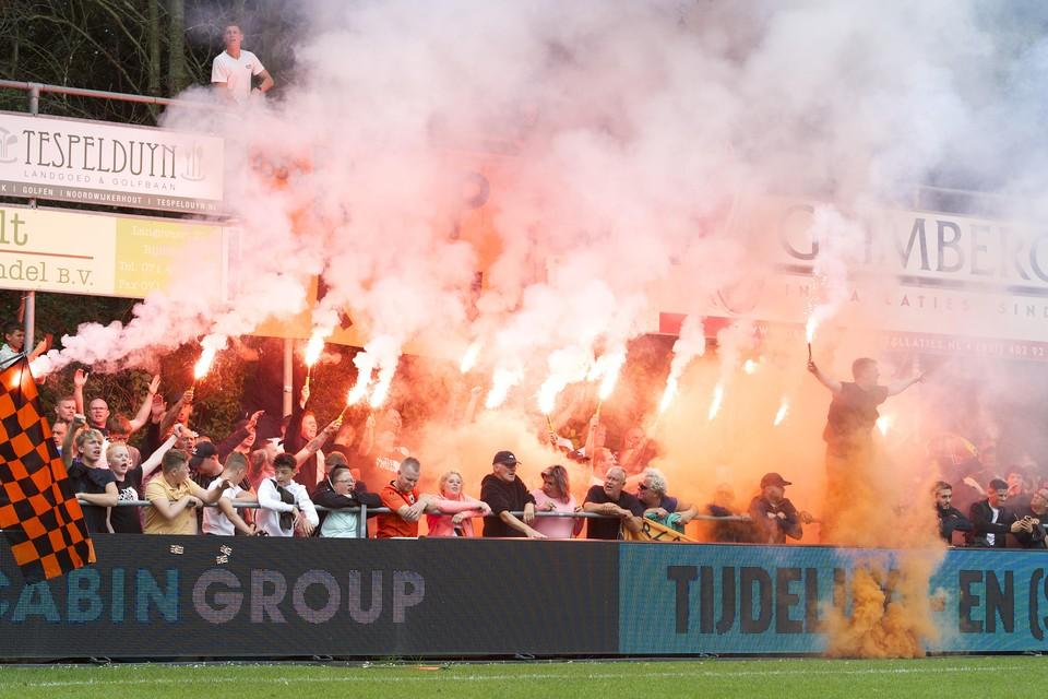 De aanhang van Katwijk houdt tijdens de wedstrijd bij Rijnsburgse Boys een indrukwekkend eerbetoon.