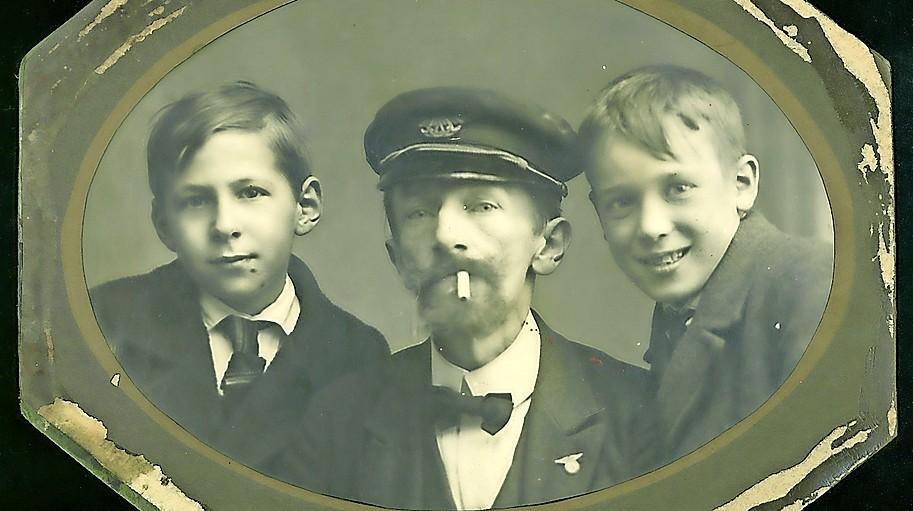 Ballonvaarder Willem Pottum met links Ebel Magnin en rechts zijn neefje.