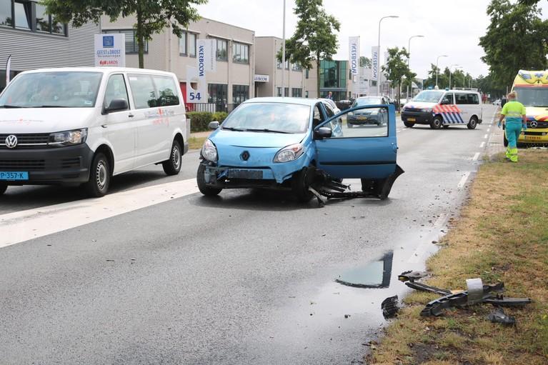 Auto vliegt uit de bocht op rotonde en knalt tegen vrachtwagen in Noordwijkerhout