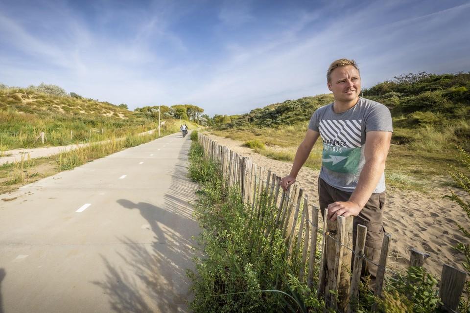 Maarten Langbroek bij het nieuwe fietspad Vlaggeduin door de Katwijkse duinen.