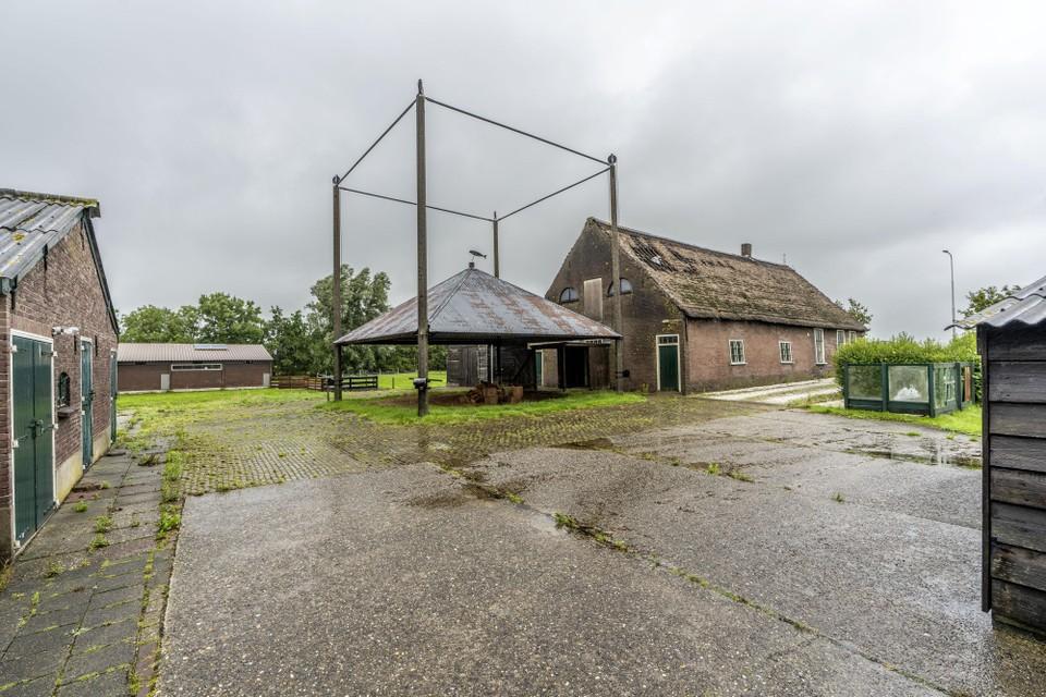 Ofwegen 7 in Woubrugge: als het aan de eigenaar ligt, blijft alleen de hooiberg staan.