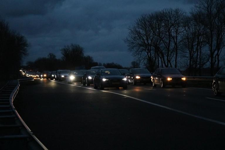 Lange file op de A44 bij Sassenheim na ongeluk