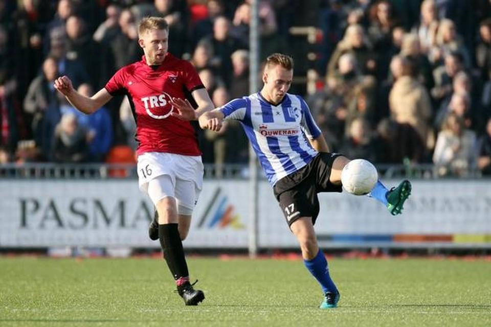 'Quick Boyzer' Jesse Driebergen, tweemaal trefzeker, houdt Pieter van der Breggen (FC Rijnvogels) van zich af.