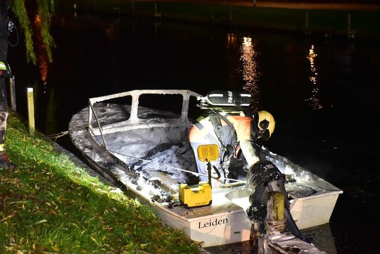 Boot uitgebrand op water langs Jantine van Hoornkade in Leiden