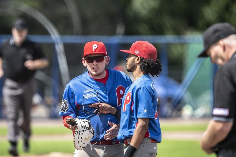 Tyler Boersma loopt boos van het veld met de gewraakte handschoen in zijn hand.