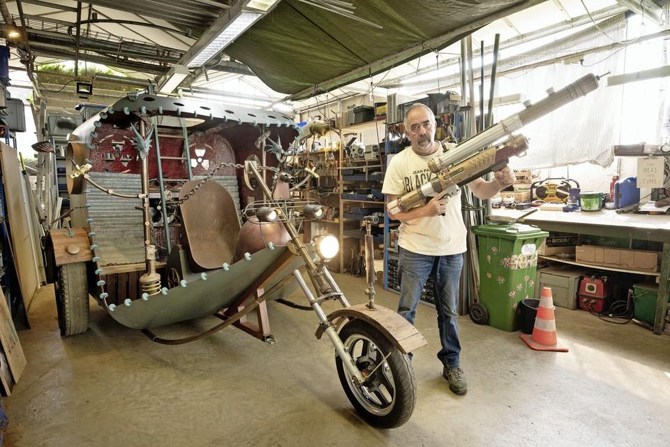 Cock Zandvliet met zijn trike, die hij oorspronkelijk voor Castlefest 2020 had gemaakt, en een fantasy kanon.