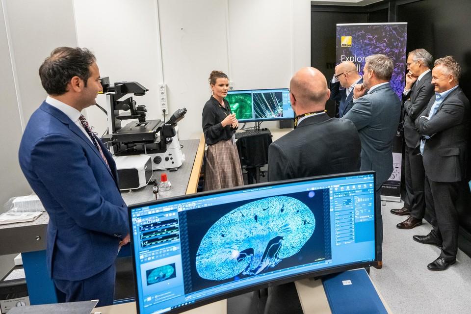 Bezoekers van de opening krijgen tekst en uitleg over de hypermoderne apparatuur.