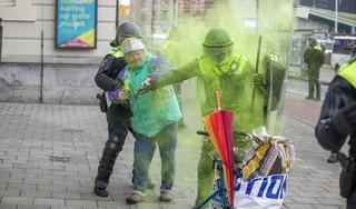 Politie beëindigt demonstratie tegen coronamaatregelen op Museumplein met waterkanon; ruim 170 mensen gearresteerd [fotoserie, video]