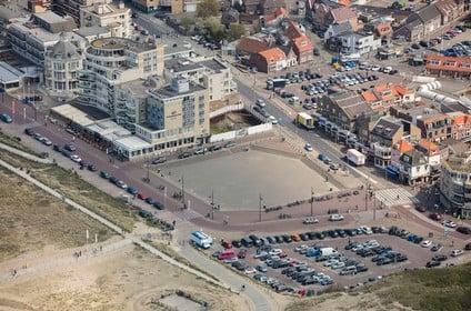 Tijdelijke parkeergarage Palaceplein Noordwijk voor zomerseizoen 2021 in gebruik
