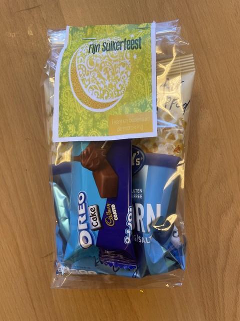 Aan de traktatie hangt een kaartje met 'Fijn Suikerfeest' erop.