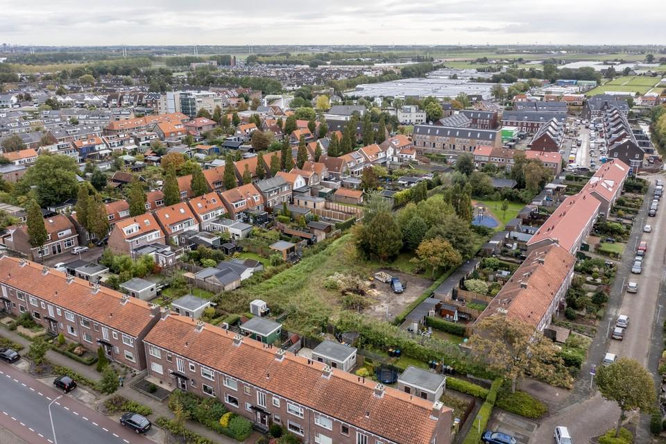 Op de voorgrond de Broekweg, rechts de Geraniumstraat, met achter de huizen de plek waar de tiny houses moeten komen.