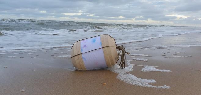 Mysterie aangespoelde 'zee-urn' in Katwijk opgelost: Haarlems verstrooiingsbedrijf neemt fout hoog op