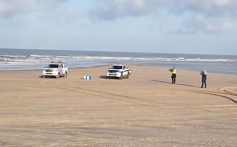 Vaten gevonden op het strand bij Katwijk, politie ruimt ze op
