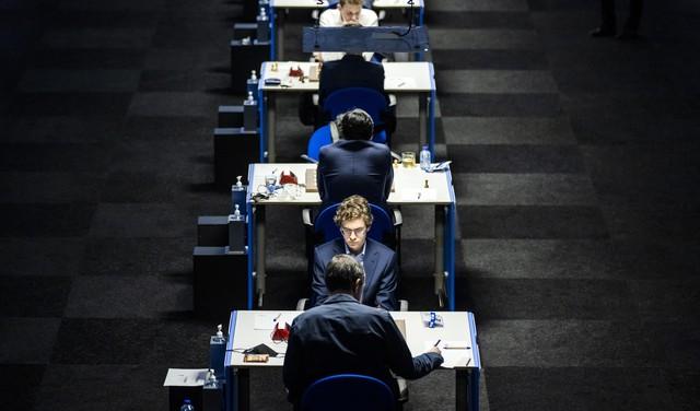 De regel over koningsveiligheid wordt compleet genegeerd: dit zag grootmeester Dimitri Reinderman tijdens speelronde negen van Tata Steel Chess gebeuren