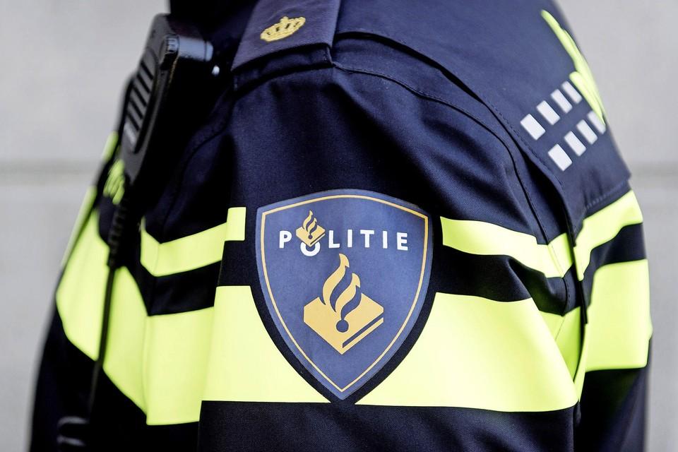 Een politieagent in uniform.
