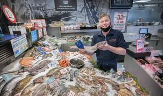 Duurzame vis wordt duur betaald: dagelijks informatiekaartjes aan verse vis aanpassen blijkt in praktijk veel te tijdrovend