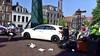Remmen weigeren, maaltijdbezorger botst tegen auto in Leiden