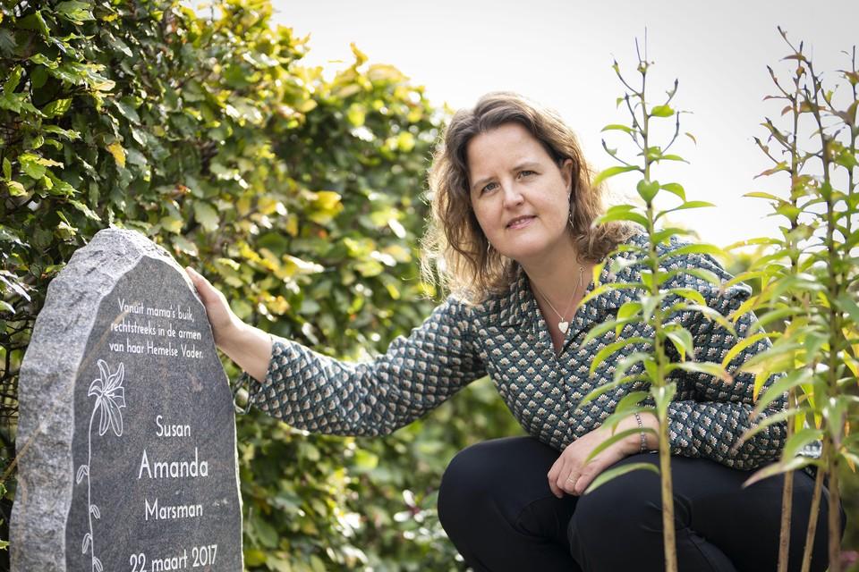 Ineke Marsman-Polhuijs bij het grafje van haar jongste dochtertje Amanda: ,,Ik had de neiging om haar weer mee naar huis te nemen. Gevoel en verstand waren niet op één lijn.''
