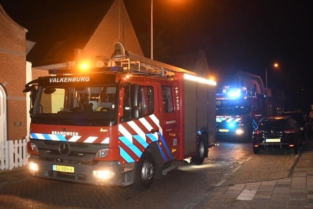 Grote brand bij Leids bedrijf, brandweerman gewond [update, video]