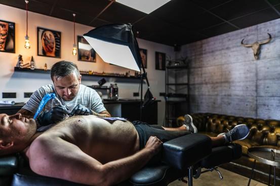 Niet alles mag op huid klant, bij tattoowinkel Lukas Wilk in Leiden