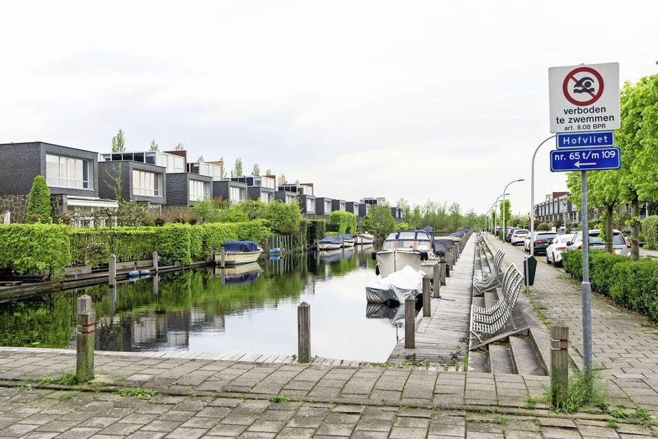 Het ziet er vredig uit rondom de Hofvliethaven, maar dat is maar schijn.