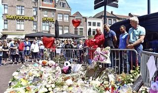 Veel Leidenaars bij minuut stilte op markt, ter nagedachtenis aan in Steenstraat verongelukte Doris [video]