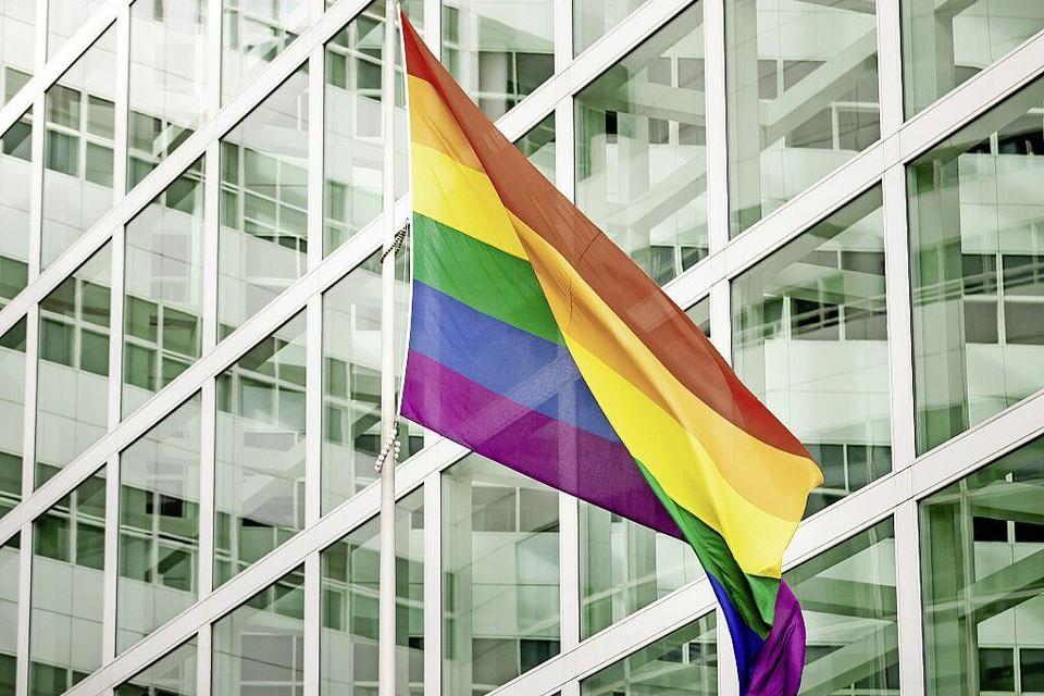 Een regenboogvlag bij het stadhuis in Den Haag in oktober 2020 ter gelegenheid van Coming Out Day.