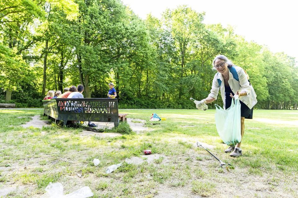 Een of twee keer in de week gaat Lieke van Boven op pad met een grijper, pedaalemmerzakken en een latex handschoen aan.