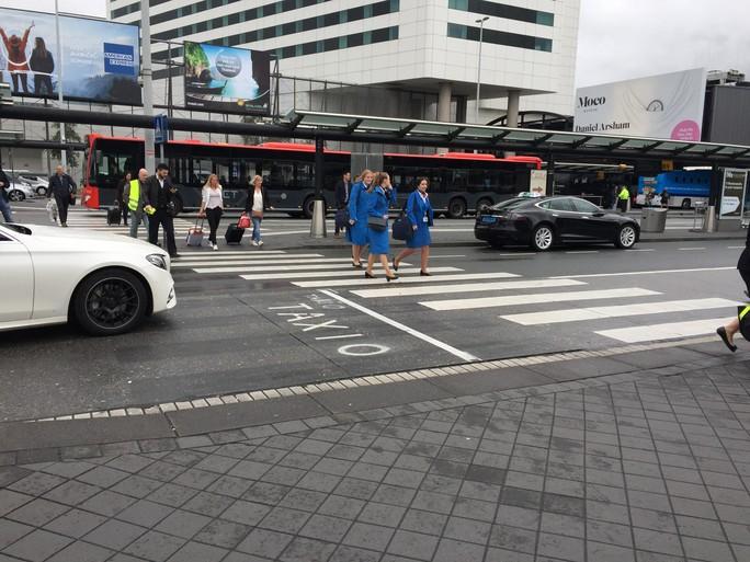 Op Schiphol: 'Staking? We wisten van niets. Dat wordt een extra dagje Amsterdam' [video]