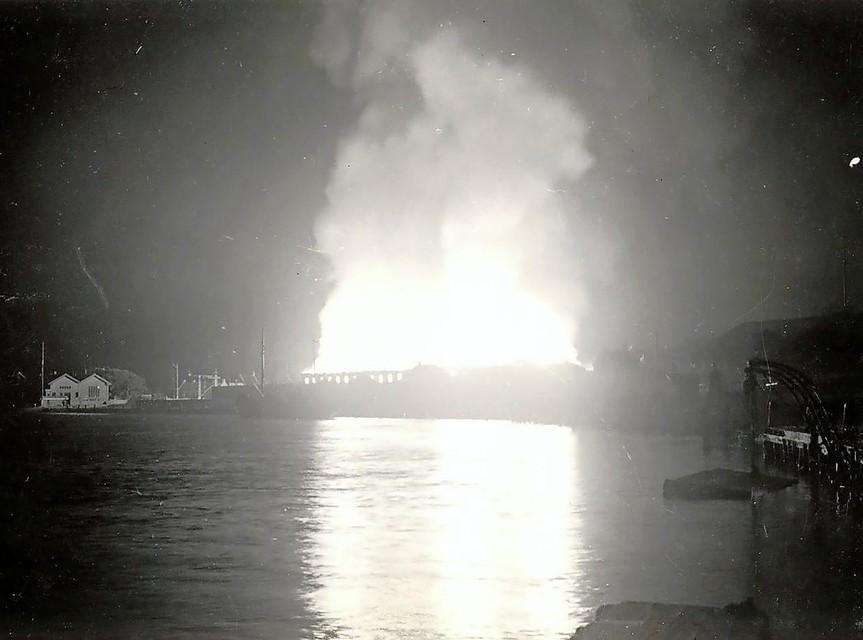 Het Arsenaal op de werf werd vol getroffen en brandde volledig uit. Een dikke rookwolk trok over de stad.