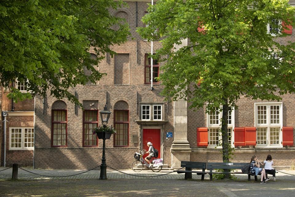 Universiteit Leiden moet oude gebouwen zoals Het Gravensteen niet als onpraktisch willen afstoten, maar juist koesteren, vindt Floor van Lelyveld.