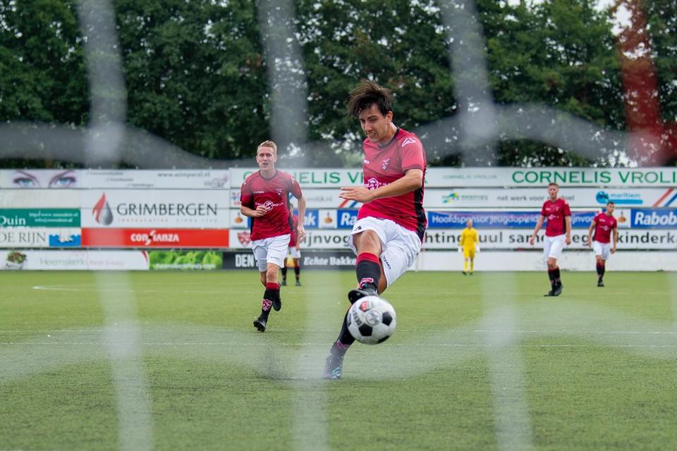 Maarten Reyneveld benut een strafschop: 2-1.