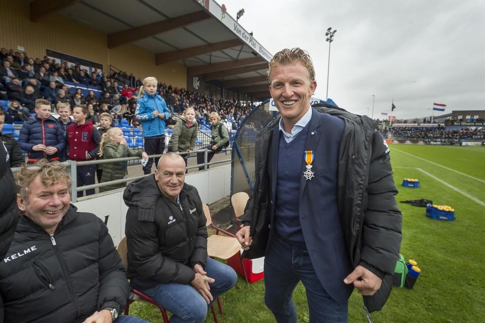 Dirk Kuyt krijgt een koninklijke onderscheiding op het veld van Quick Boys.