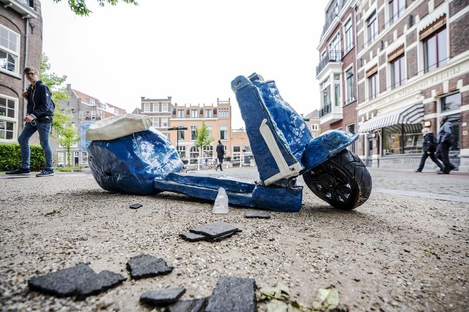 De twee delen van de gebroken scooter zijn tijdelijk weer tegen elkaar geschoven in afwachting van de reparatie.