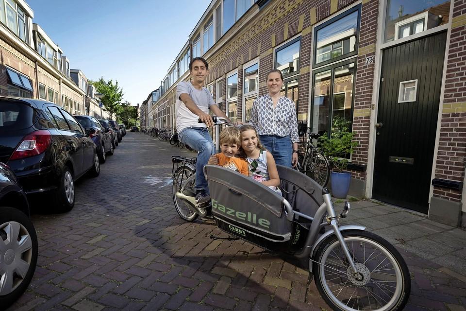 Expats Federico Pettazzi en Elena Bianchi wonen met hun twee kinderen in de Rijndijkstraat. ,,Deze straat is heel gemêleerd. Er wonen drie Italiaanse gezinnen, mensen uit Spanje, Frankrijk, Peru, Engeland, Zuid-Afrika, maar gelukkig ook gewone Leidenaars.''