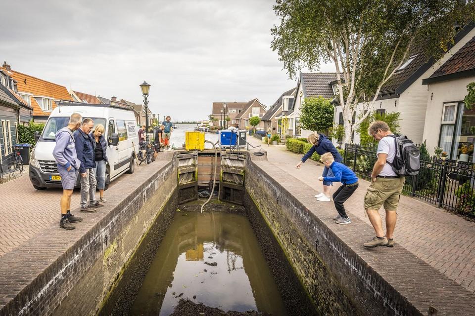 Veel water bevat de leeggepompte sluis van Roelofarendsveen niet meer, maar nog wel wat visjes.